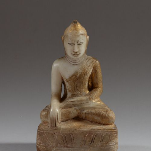 BIRMANIE  Statue de bouddha en albâtre partiellement doré, assis en padmasana, l…