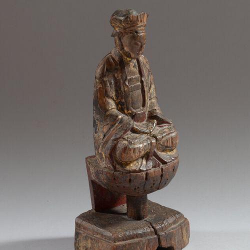 CHINE  Statue de bouddha en bois sculpté polychrome et doré, représenté assis su…