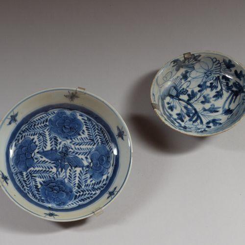 中国  两只小瓷杯,一只是釉下蓝色装饰的蝴蝶和花朵,另一只是植物。  19世纪  直径20.5和16厘米  大的有一个缺口,小的有一根头发