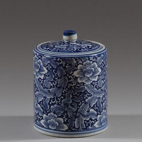 中国  一个白蓝色的瓷器圆柱形有盖罐。背面有釉里红的篆书款。  现代  高20.5厘米