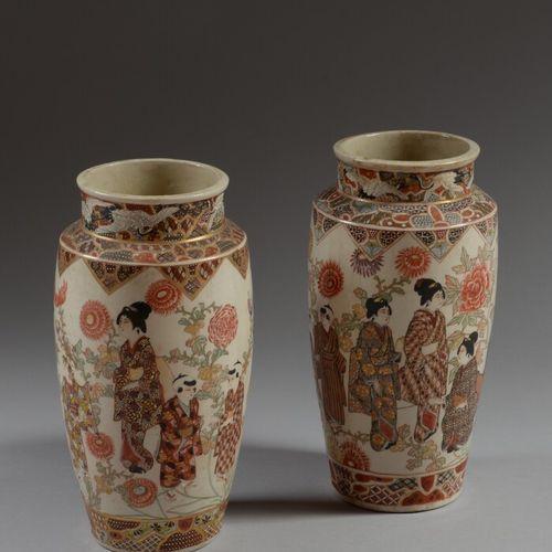 日本 SATSUMA  一对陶瓷花瓶,用金色和多色来装饰艺妓和菊花。  20世纪上半叶  高30.5厘米