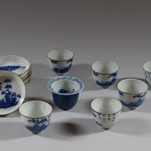 日本  六个白蓝色的瓷杯和碟子,装饰有人物和树木,书法图案。  高5.5厘米  加入一个蓝色小瓷碗