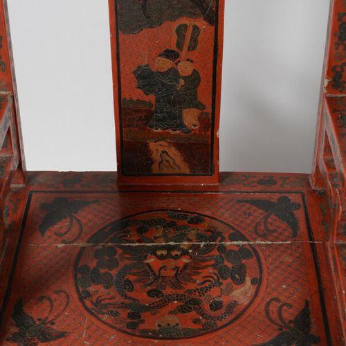 CHINE  Paire de fauteuils en bois laqué rouge et noir à décor de personnages sur…