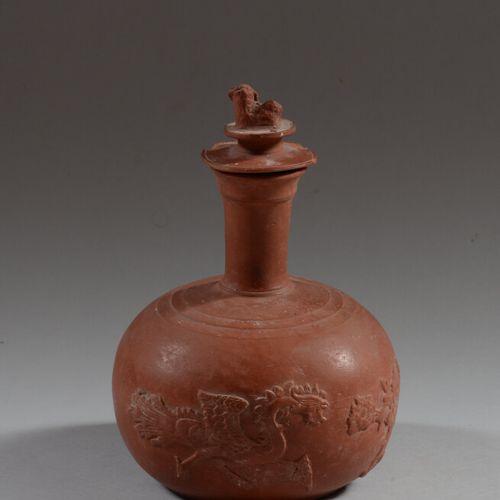 中国  红陶瓶,饰以二龙戏珠和菊花。盖子上有一只佛教狮子。  高23厘米  盖子上的芯片