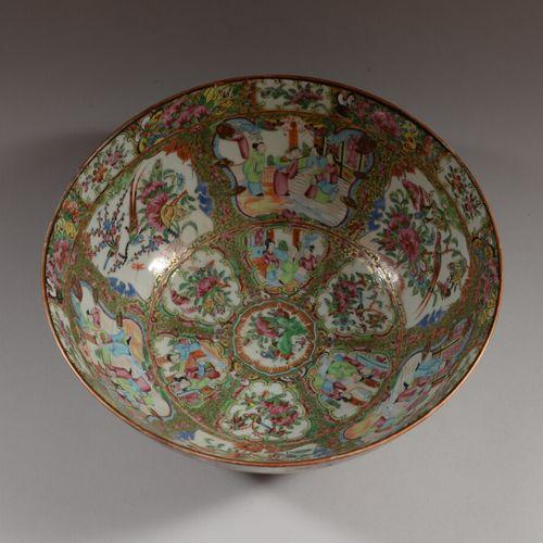 CHINE  Grand bol à punch en porcelaine polychrome à décor intérieur de personnag…