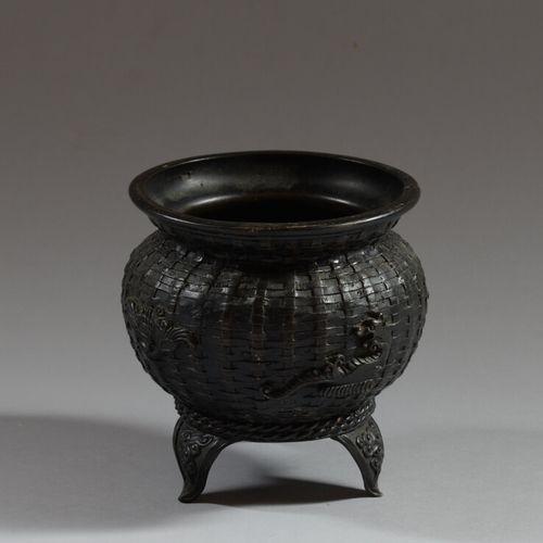 中国  铜壶,以柳条为背景,装饰着梦幻般的动物,三足站立,有造型的云朵。  19世纪  高14厘米