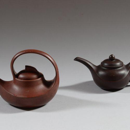 CHINE  Deux théières en grès de Yixing, en forme de verseuse. Au revers marques …