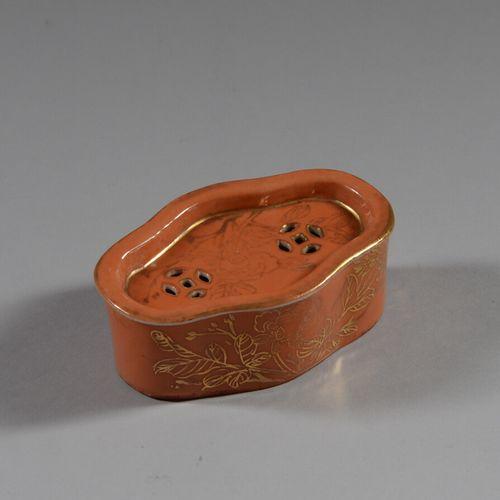 中国  珊瑚瓷和金色亮点的镂空小椭圆盒。  20世纪  长11.5厘米