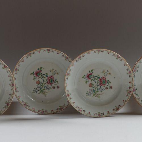 CHINE DE COMMANDE  Suite de quatre assiettes en porcelaine décorée des émaux de …
