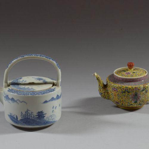 中国  多彩瓷茶壶,黄背景上有花卉装饰。在背面有六个铁红色的字符标记。  高度为10厘米  事故发生在水口处,有缺失  釉里红装饰的瓷茶壶  事故