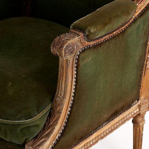 Bergère en bois sculpté doré à décor de colonnettes cannelées détachées. Style T…