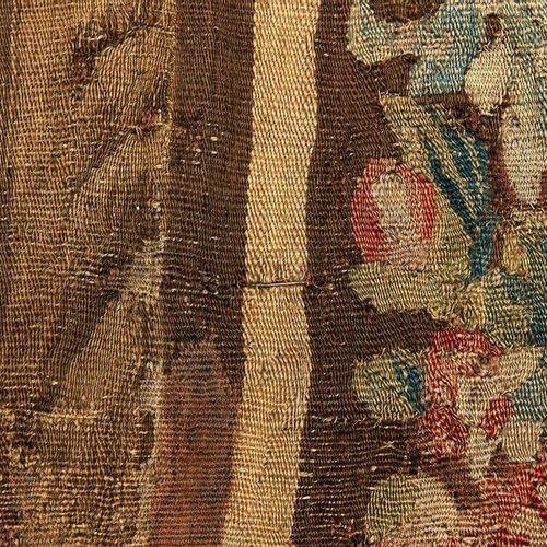 Aubusson, Tapisserie en laine à décor de verdure, oiseaux exotiques et architect…