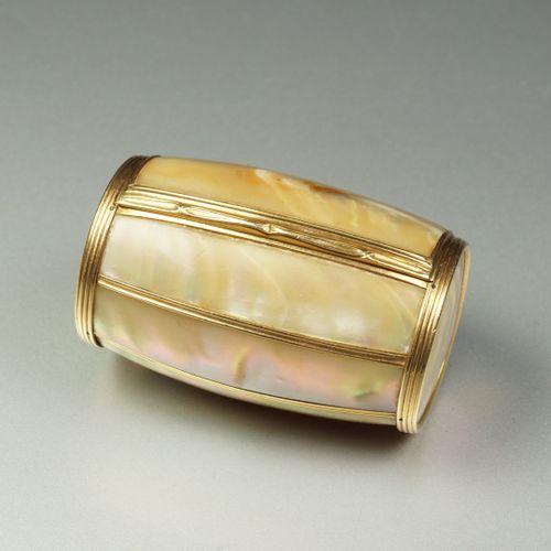 Boîte ancienne en or jaune 18K (750/oo) formant un tonneau ouvrant agrémenté de …