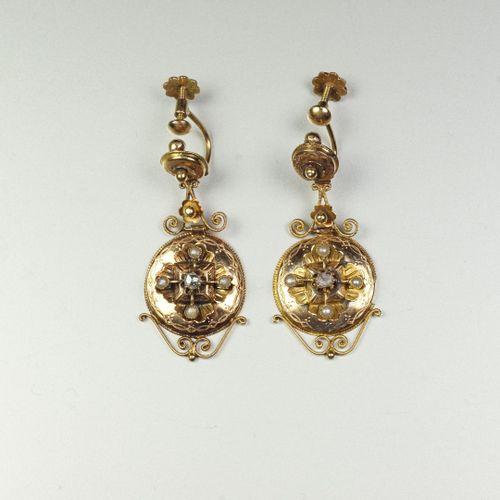 Paire de pendants d'oreilles anciens en or jaune 18K (750/oo) à trois parties ar…