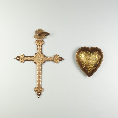 Croix Jeannette Savoyarde et son coeur en métal plaqué or à décor végétal. Dimen…