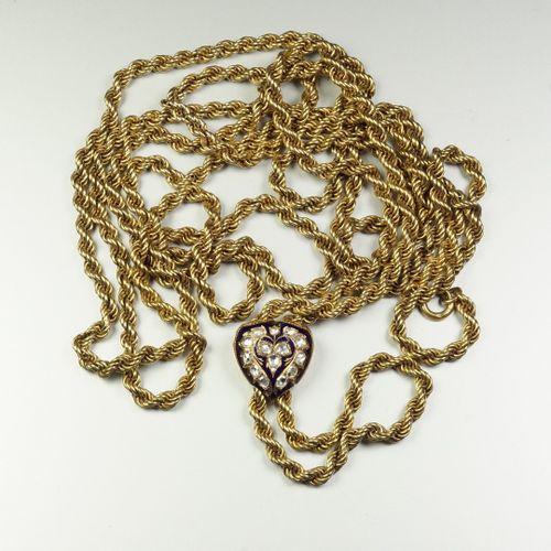 Long collier en or jaune 14K (585/oo) à maille corde torsadée, il est agrémenté …