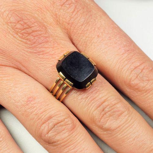 Bague Chevalière ancienne en or jaune 18K (750/oo), l'anneau ajouré, elle est ce…