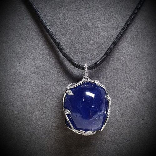 White gold pendant centered with a very important NATURAL Tanzanite cabochon cus…