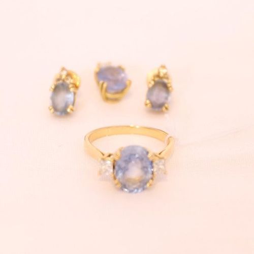 SET OF 1 RING 1 PENDANT AND 1 PAIR OF EARRINGS  WITH CEYLON SAPPHIRES  Set in ye…