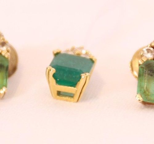 SET OF 1 PENDANT AND 1 PAIR OF EARRINGS WITH EMERALDS  Set in yellow gold, decor…
