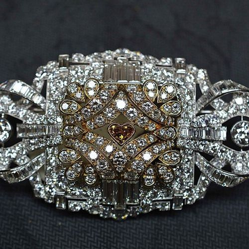 Important brooch in platinum and yellow gold set with some 300 diamonds, one of …