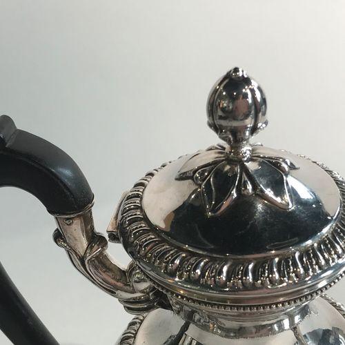 Verseuse ovoïde en argent. Paris 1819 1838. Elle repose sur un piédouche à décor…
