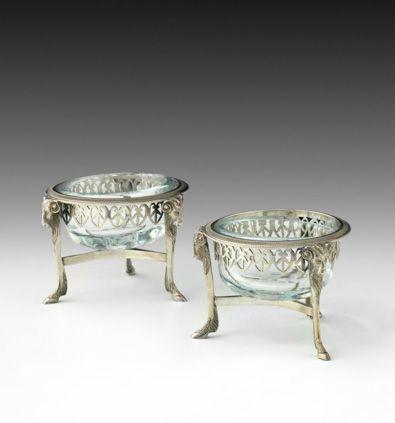 Paire de salerons ronds en argent. Paris, 1798 1809. Modèle tripode à têtes de b…
