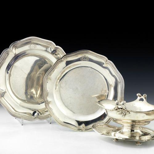 Deux plats ronds en argent. Modèle à contours et moulures de filets. Gravés des …
