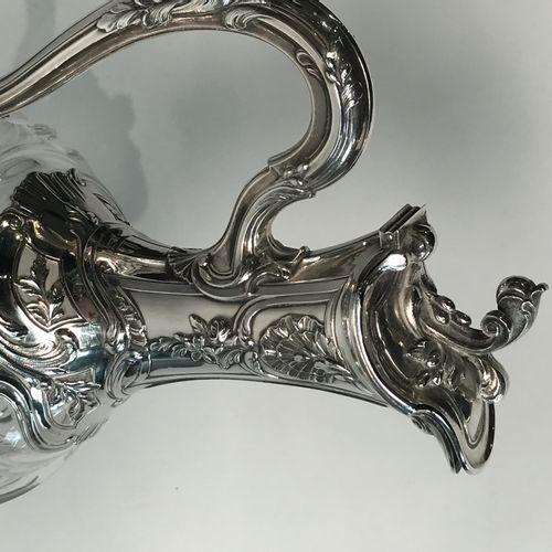 Aiguière en cristal et argent. De forme balustre en cristal taillé de côtes pinc…