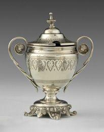 Moutardier en argent. Fin du XIXe siècle. De forme ovoïde, il repose sur quatre …