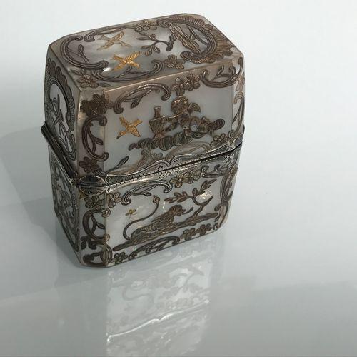 Nécessaire de toilette en nacre piqué d'argent. Paris 1768 1774 Le coffret de fo…