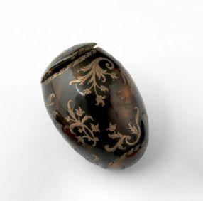 Boîte oeuf en écaille brune. Vers 1850. Charmante boite en forme d'oeuf piqué de…