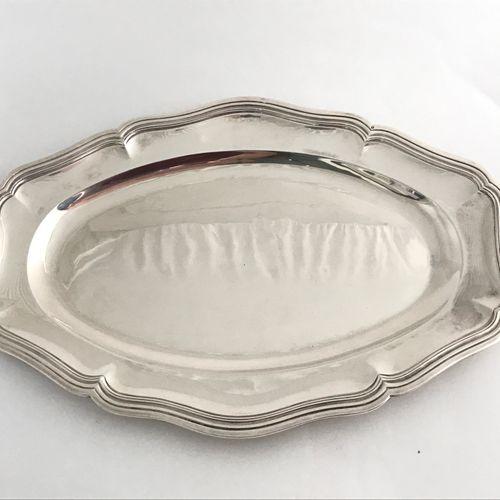 Plat ovale en argent. Modèle à contours et moulures de filets. Poinçon Minerve. …
