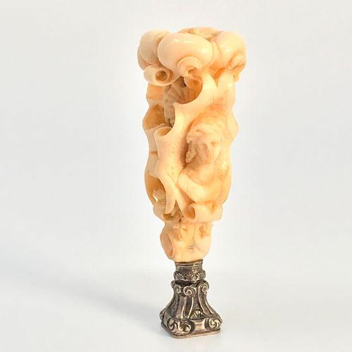 Cachet en ivoire sculpté, de style maniériste. Décor de bustes féminins inscrits…