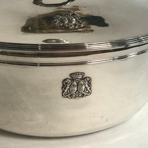 Légumier couvert en argent. Vers 1840 De forme ronde, les anses à décor de corne…
