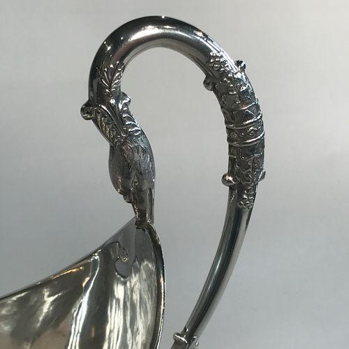 Saucière sur piédouche en argent. Paris 1819 1838 De forme casque, elle est soul…