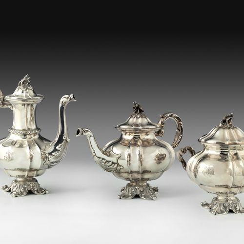 Service à thé en argent, de style oriental. Composé d'une cafetière, d'une théiè…
