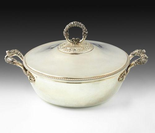 Légumier couvert en argent. Paris 1819 1838. Modèle à fond plat, les anses à déc…