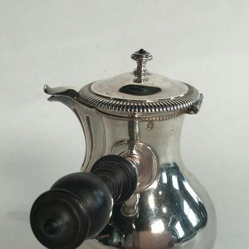 Verseuse miniature en argent. IIe partie du XIXe siècle. De forme balustre, elle…