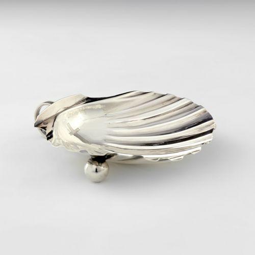 Coquille de baptême en argent. Paris 1819 1838 Elle repose sur deux pieds boule …