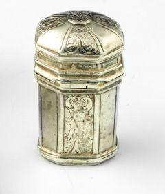 Croix reliquaire en argent. XIXe siècle. Beau modèle de croix reliquaire gravée …