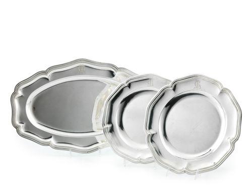 Deux plats ronds et un grand plat ovale en argent. Modèle à contours et moulures…