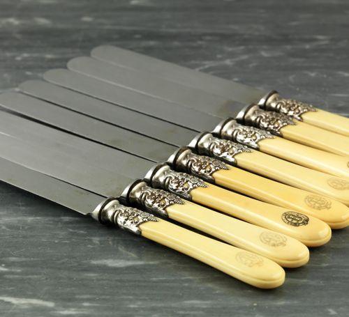 Suite de huit couteaux. Manche en ivoire de forme balustre à décor d'une lettrin…