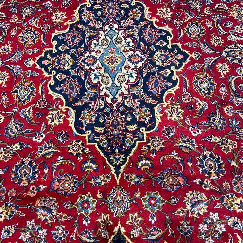 Important et ancien Kachan (Iran) vers 1965. Champ rubis à guirlandes de palmett…