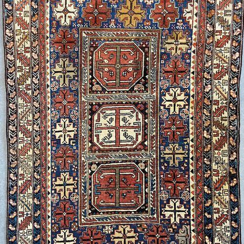 Ancien et rare Konagend (Caucase) vers 1870/1880. À décor de trois médaillons oc…