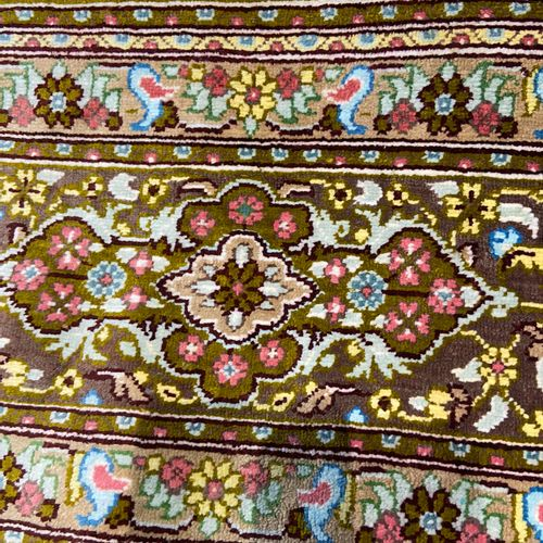 Fin Ghoum en soie signé (Iran) vers 1980. Velours en soie sur fondations en soie…