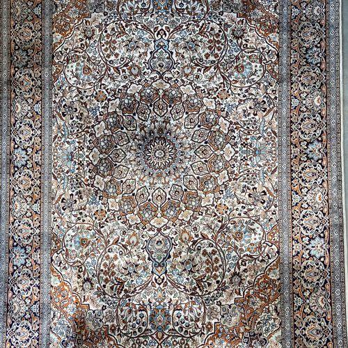 Fin Cachemire en soie (Inde) vers 1970. Champ ivoire à décor floral orné d'une l…
