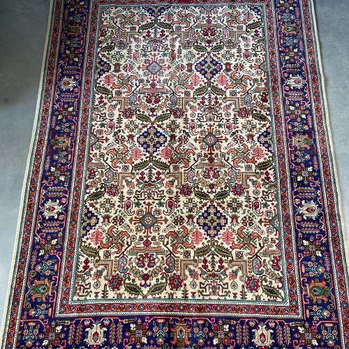 Original tapis Tabriz (Nord Ouest de l'Iran) vers 1975. Champ beige à original d…