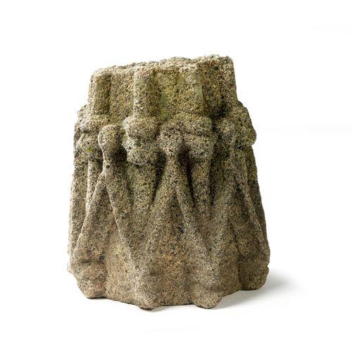 Fragment de chapiteau en kersanton, Bretagne, XVIIe siècle. A décor de lancettes…