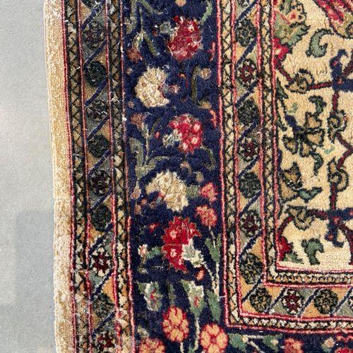 Grand et fin Hereke (Turquie) vers 1980. Champ ivoire à décor dit Hérati, de sem…